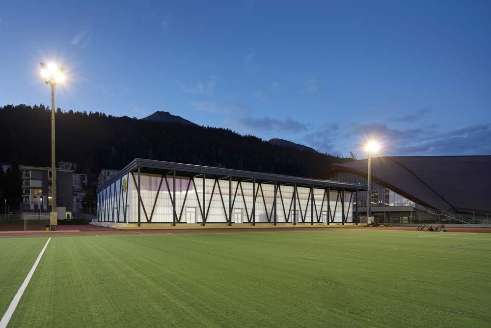 Hockey Club Davos | Fassadenkonstruktion aus transluzenten Polycarbonatelementen Typ rodeca, Fanzun AG Architekten, 2018 Fassadentechnik AG